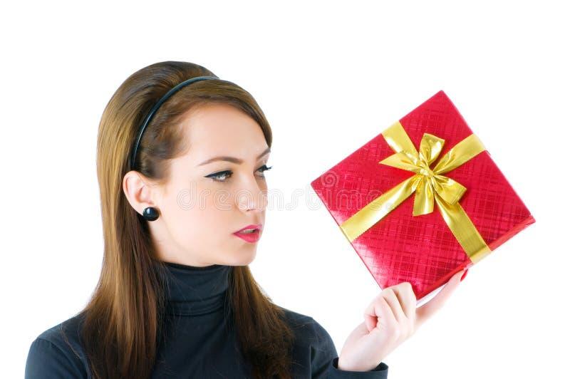 Молодая женщина с коробкой подарка стоковое изображение