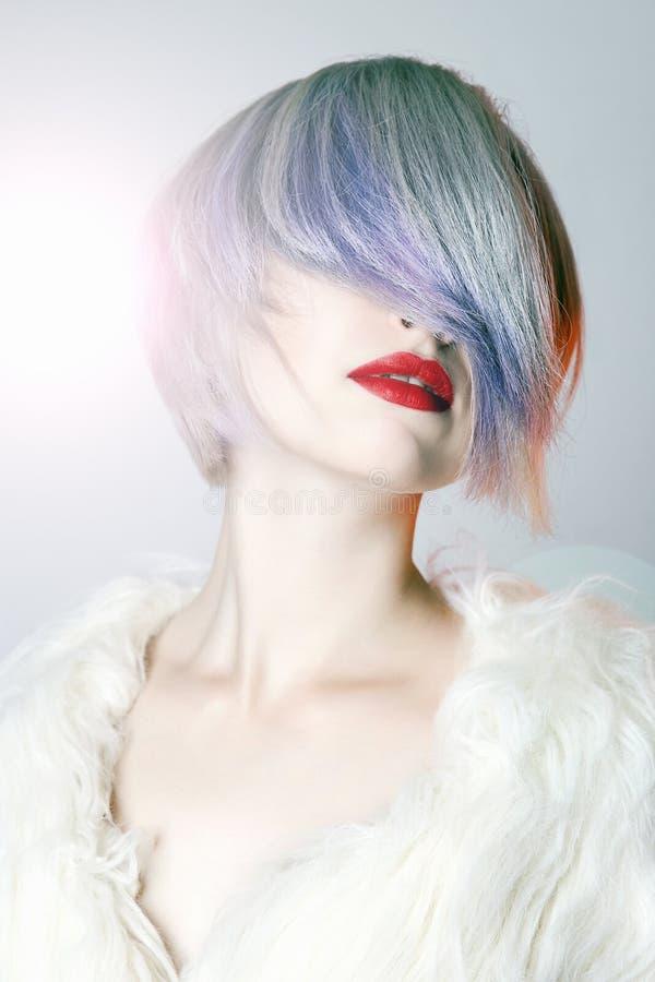 Молодая женщина с красочными волосами, белым мехом стоковое фото rf