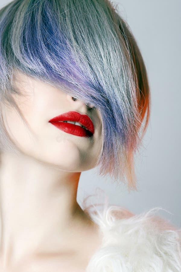 Молодая женщина с красочными волосами, белым мехом стоковая фотография rf