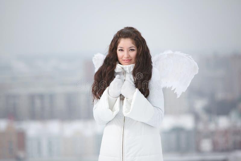 Молодая женщина с крылами ангела стоковые фотографии rf