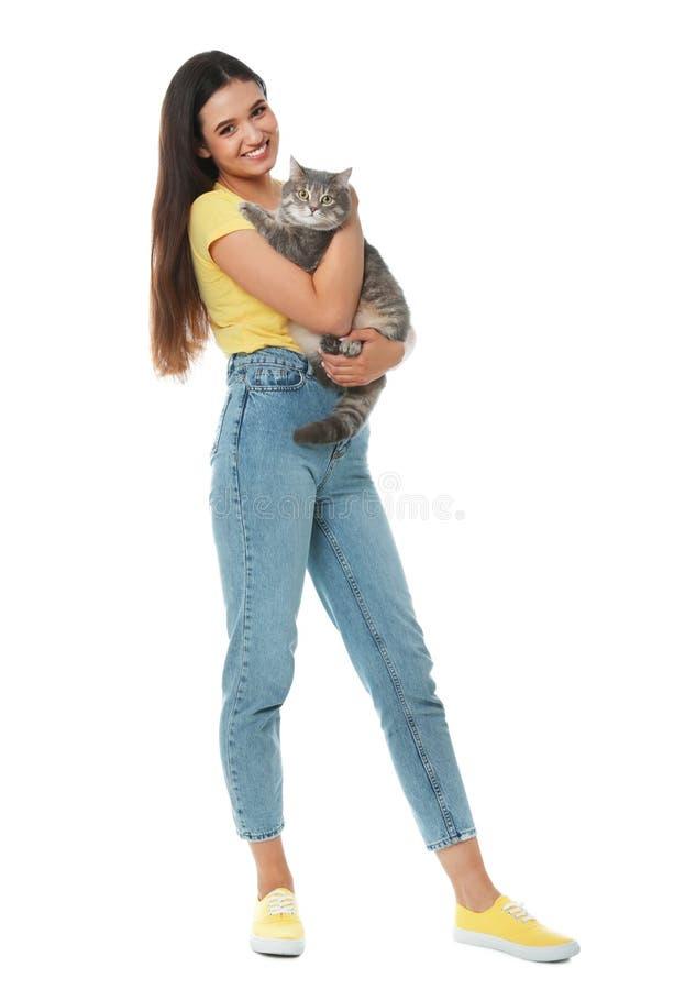 Молодая женщина с милым котом на белой предпосылке стоковые фото
