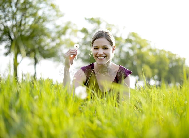 Молодая женщина с одуванчиком стоковые фотографии rf