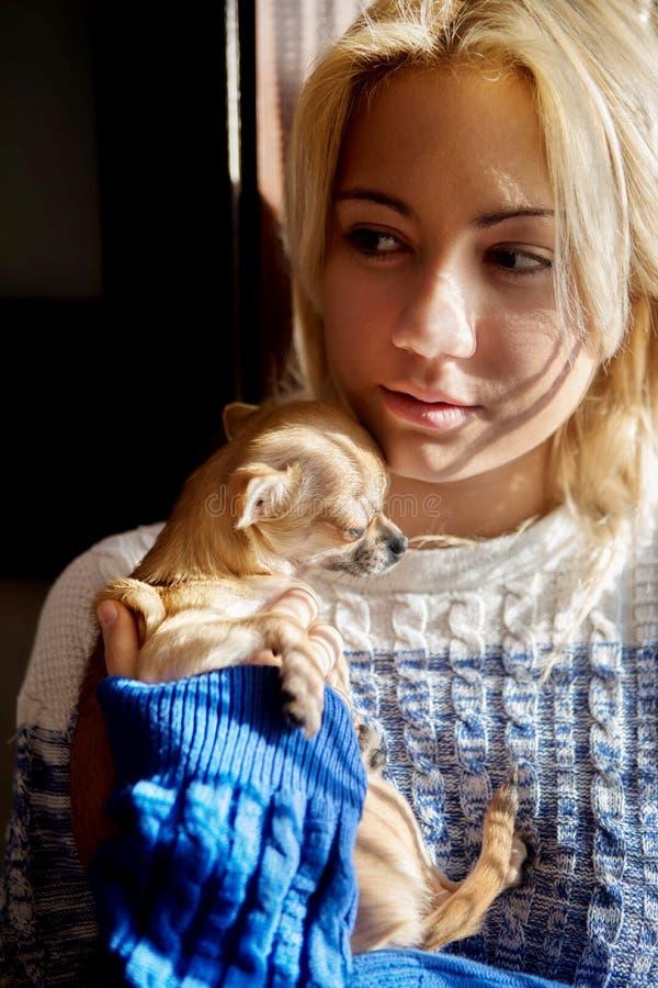 Молодая женщина с собакой любимчика стоковые фото