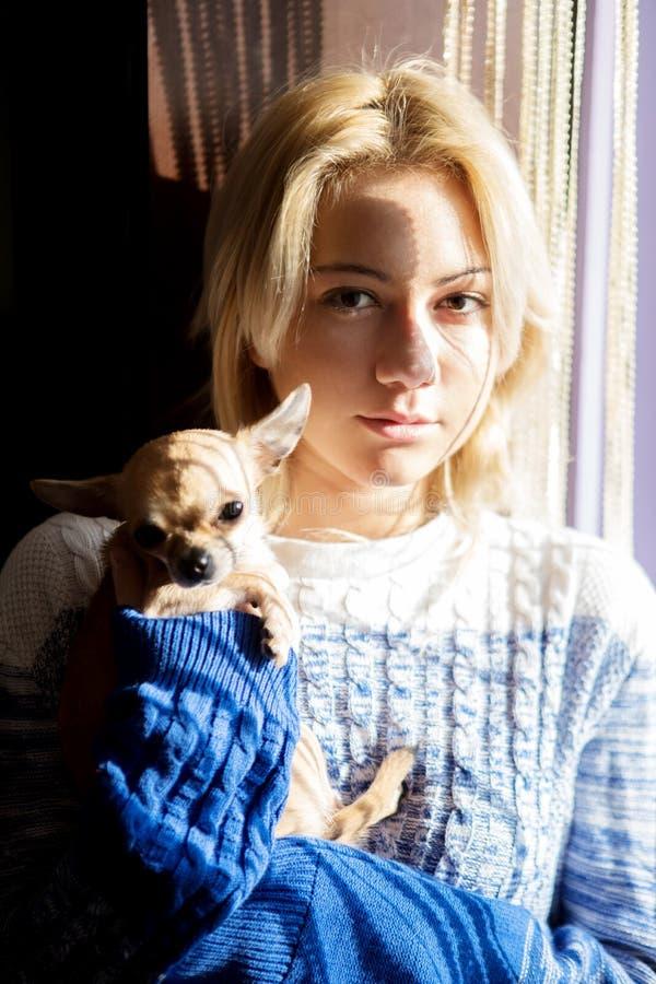 Молодая женщина с собакой любимчика стоковое изображение rf