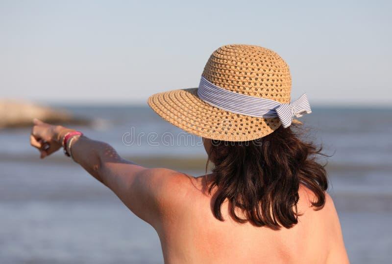 Молодая женщина с соломенной шляпой летом стоковое изображение rf