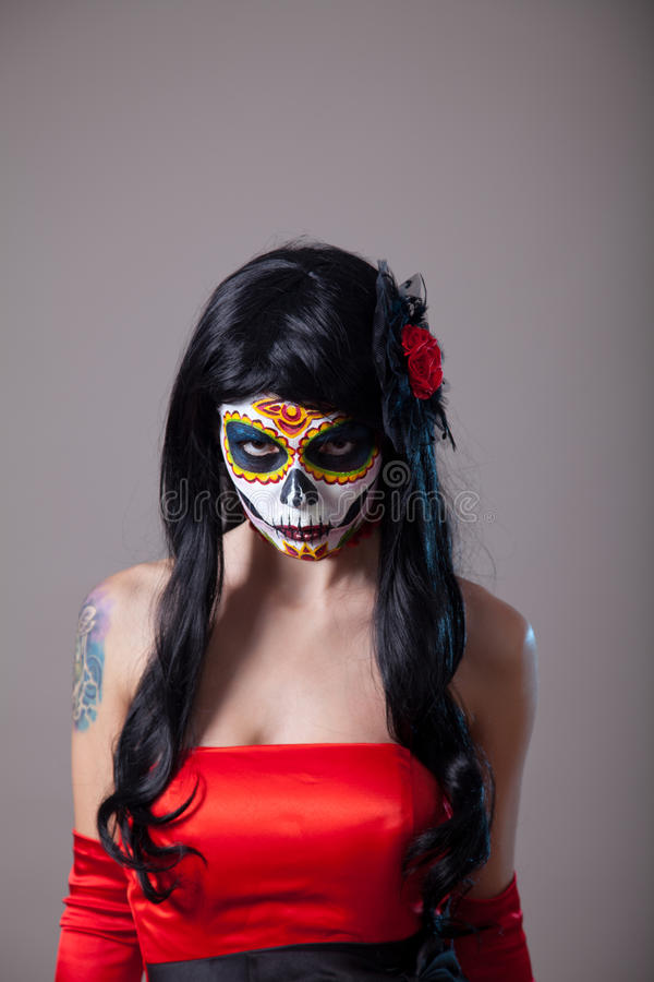 Молодая женщина с составом Halloween черепа сахара стоковые фото