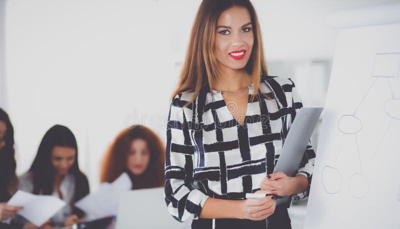 Молодая женщина с сочинительством папки на борту стоковые изображения rf
