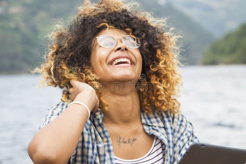 Молодая женщина с таблеткой в лете стоковая фотография rf