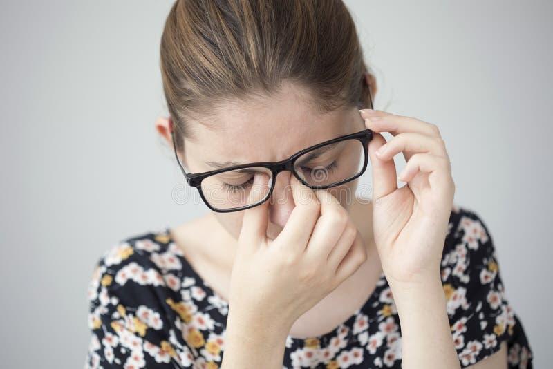 Молодая женщина с усталостью глаза стоковые изображения rf