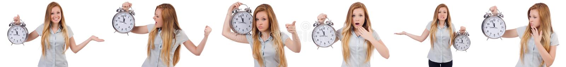 Молодая женщина с часами на белизне стоковое изображение