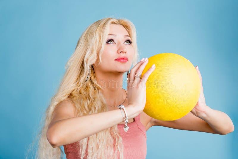 Молодая женщина с шариком корзины стоковая фотография