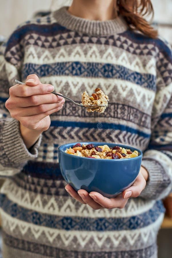 Молодая женщина с шаром muesli Здоровые закуска или завтрак в утре стоковое фото rf