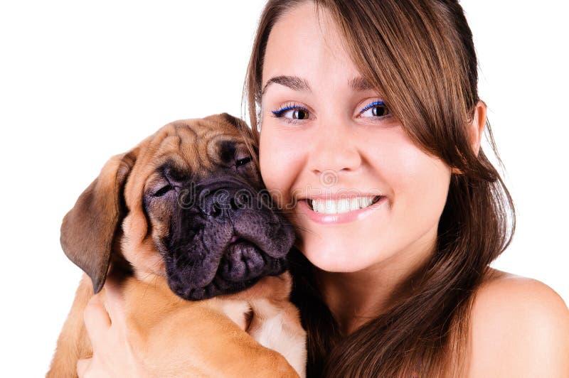 Молодая женщина с bullmastiff стоковые фото