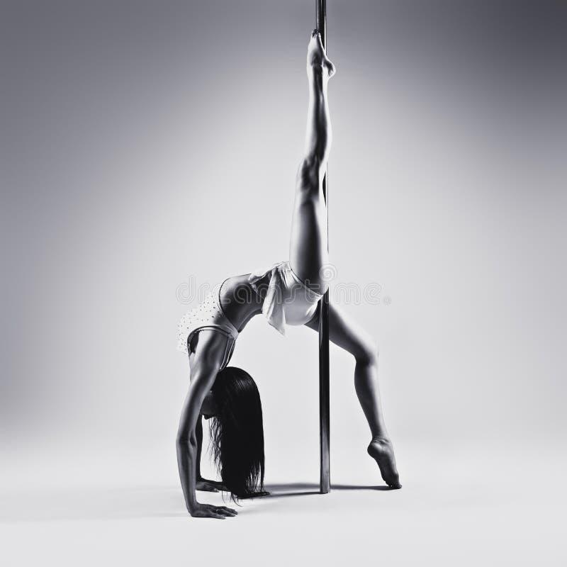 Молодая женщина танцев поляка стоковая фотография