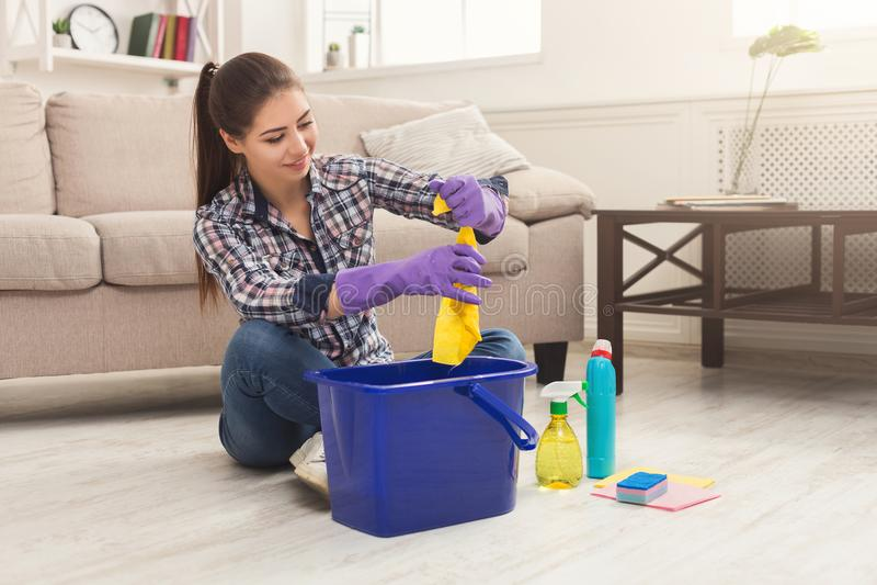 Молодая женщина утомлянная дома чистки весны стоковое изображение