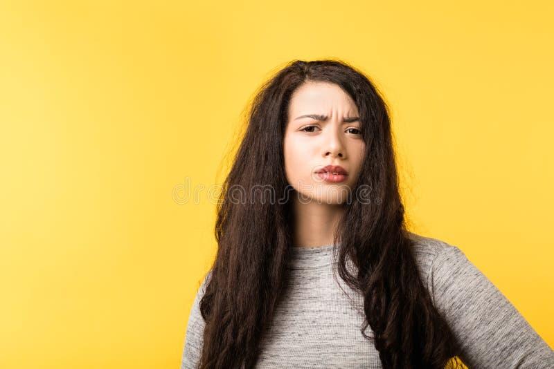 Молодая женщина хмурясь сомнение скептицизма недоверчивое стоковое фото rf
