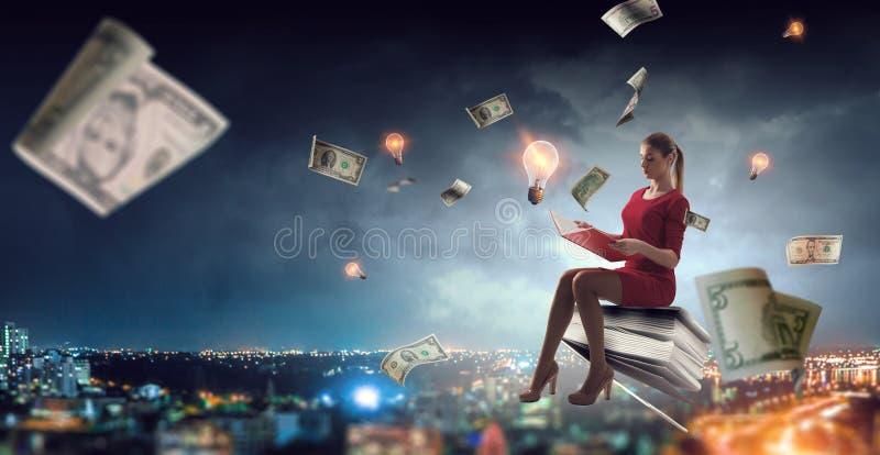 Молодая женщина читая книгу r стоковое изображение rf