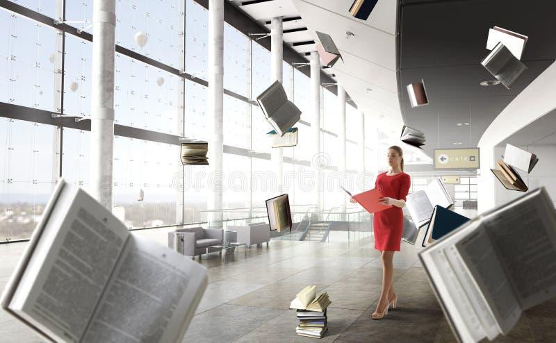 Молодая женщина читая книгу r стоковые фотографии rf