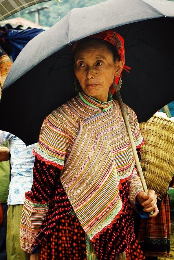 молодая женщина члена племени hmong цветка на рынке местного фермера высоком вверх в горах с зонтиком стоковые изображения rf