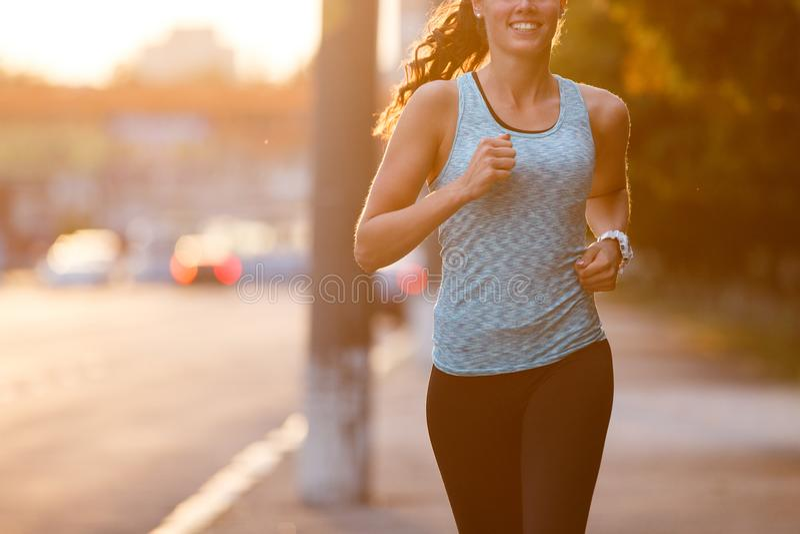 Молодая женщина jogging на мостоваой в утре стоковое изображение