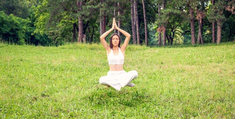 Молодая женщина levitating в положении йоги, раздумье стоковое изображение rf