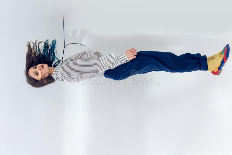 Молодая женщина levitating на белизне стоковые фотографии rf
