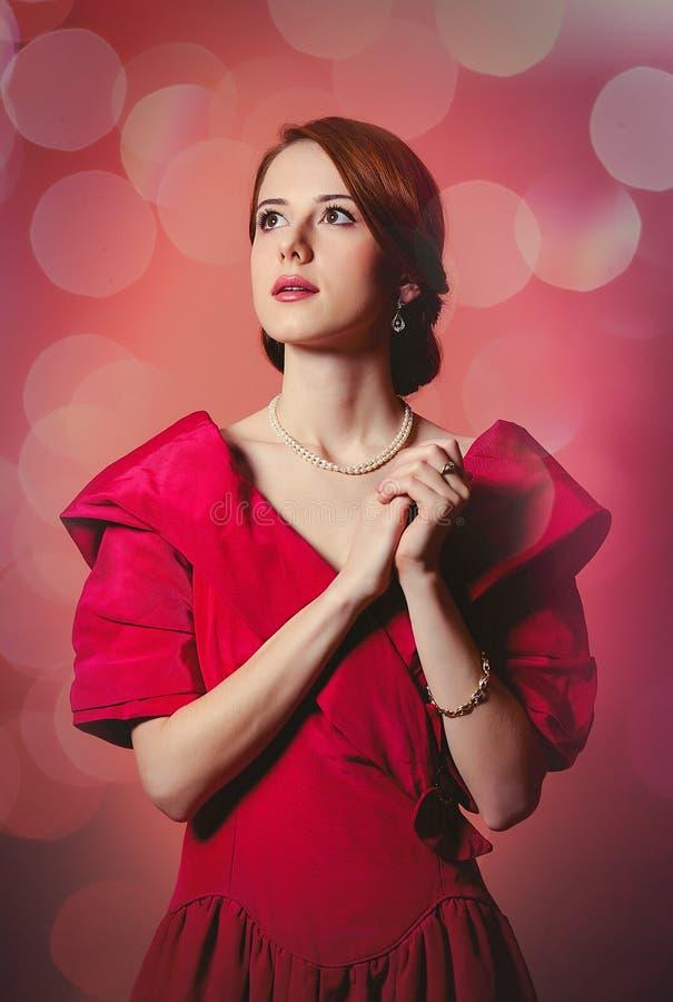 Молодая женщина redhead в красной викторианской эпохе одевает стоковое изображение rf