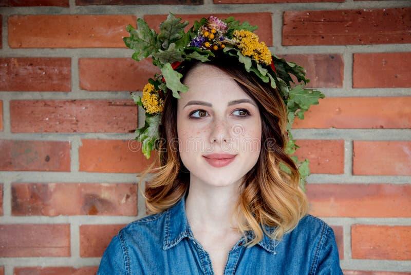 Молодая женщина redhead с дубом выходит венок стоковые изображения