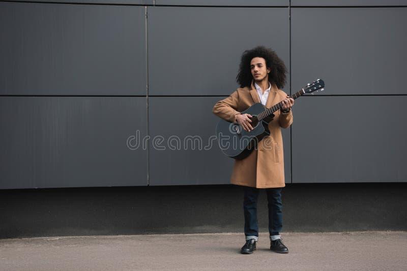 молодая игра музыканта улицы стоковые фотографии rf