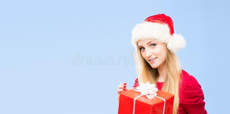 Молодая и красивая девушка в шляпе рождества зима красивейшего портрета девушки платья принципиальной схемы нося белая стоковое изображение rf