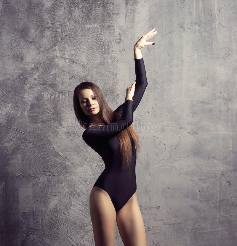 Молодая и красивая фотомодель представляет Подходящая и sporty девушка танцует стоковые изображения