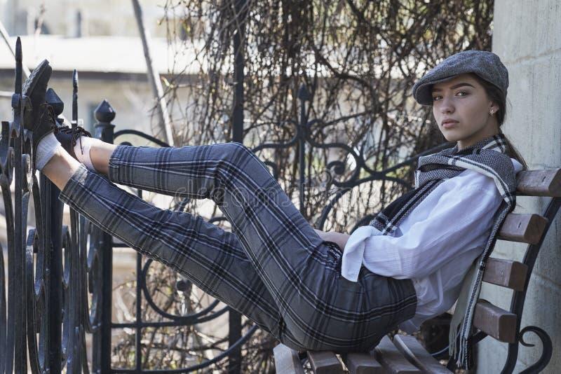 Молодая и сексуальная девушка одела в ретро стиле стоковые изображения rf