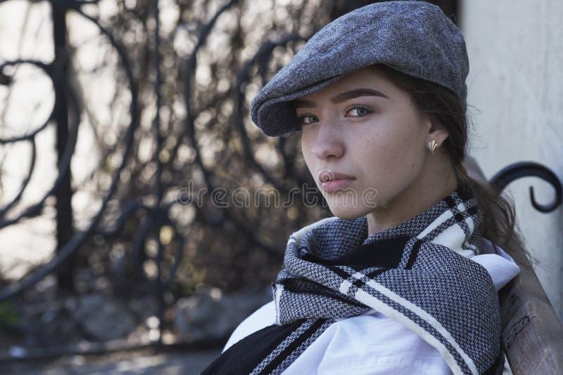 Молодая и сексуальная девушка одела в ретро стиле стоковое изображение rf
