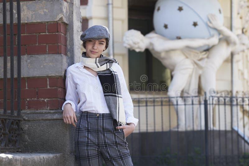 Молодая и сексуальная девушка одела в ретро стиле стоковые фото