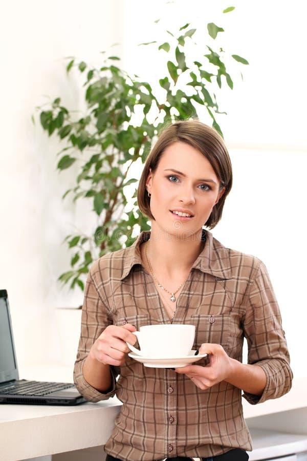 Молодая и счастливая женщина с чашкой кофе стоковая фотография rf