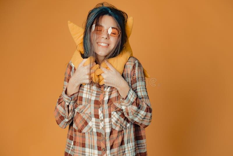 Молодая кавказская девушка брюнета с солнцем игрушки на оранжевой предпосылке стоковые изображения rf