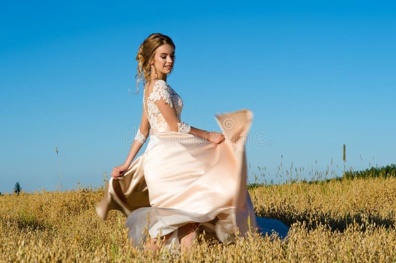 Молодая кавказская девушка в красивом платье в поле стоковая фотография rf