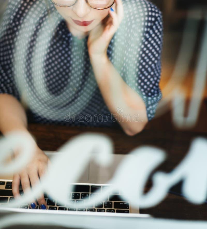 Молодая кавказская женщина в кафе-баре стоковое фото rf