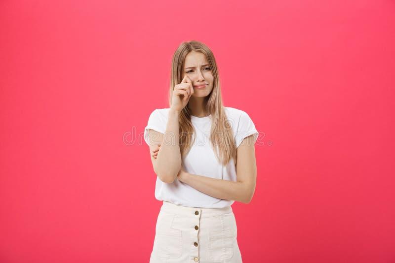Молодая кавказская женщина над изолированной предпосылкой подавленной и беспокойством для дистресса, плакать сердитый и испуганны стоковое фото rf