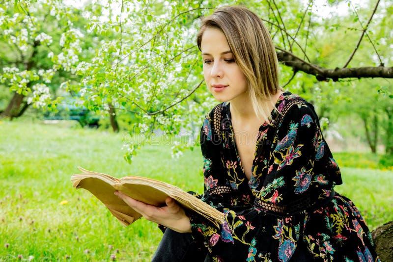 Молодая кавказская женщина с книгой стоковая фотография rf