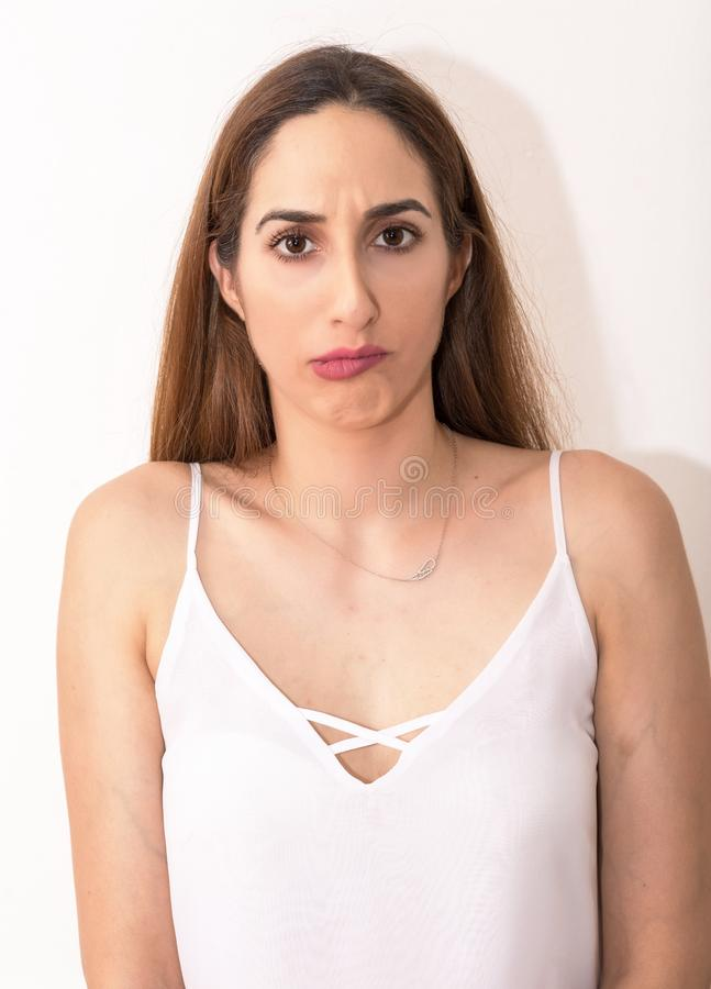 Молодая кавказская женщина с неудовлетворенностью и интересом стоковые фотографии rf