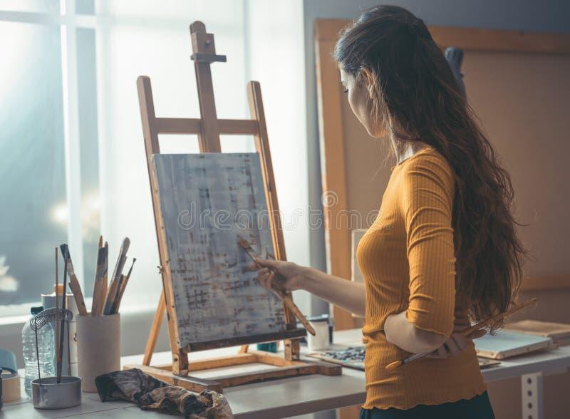 Молодая картина художника в atelier стоковые изображения rf