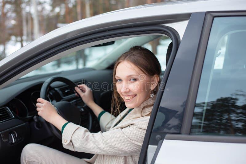 Молодая коммерсантка выходит из автомобиля стоковое изображение rf