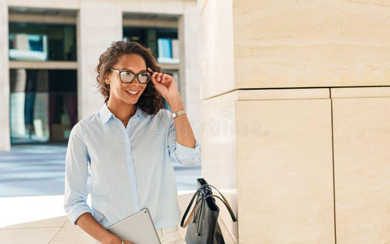 Молодая коммерсантка держа ее eyeglasses стоковая фотография rf