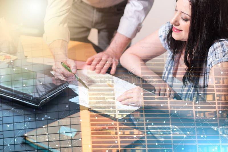 Молодая коммерсантка работая на документах; множественная выдержка стоковое изображение rf
