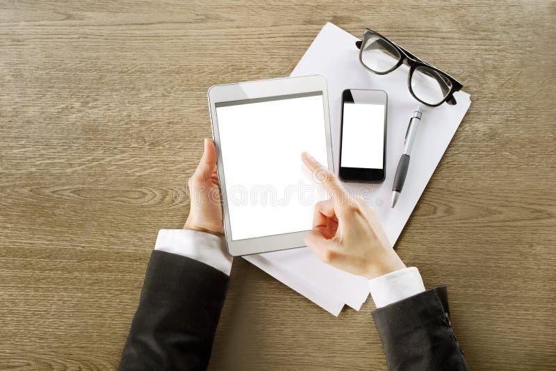 Молодая коммерсантка работая с цифровым компьютером таблетки и умным телефоном стоковое фото rf
