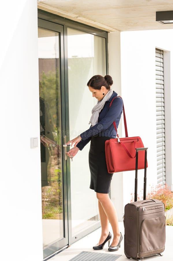 Молодая коммерсантка фиксируя выходить багажа двери перемещая стоковые фотографии rf