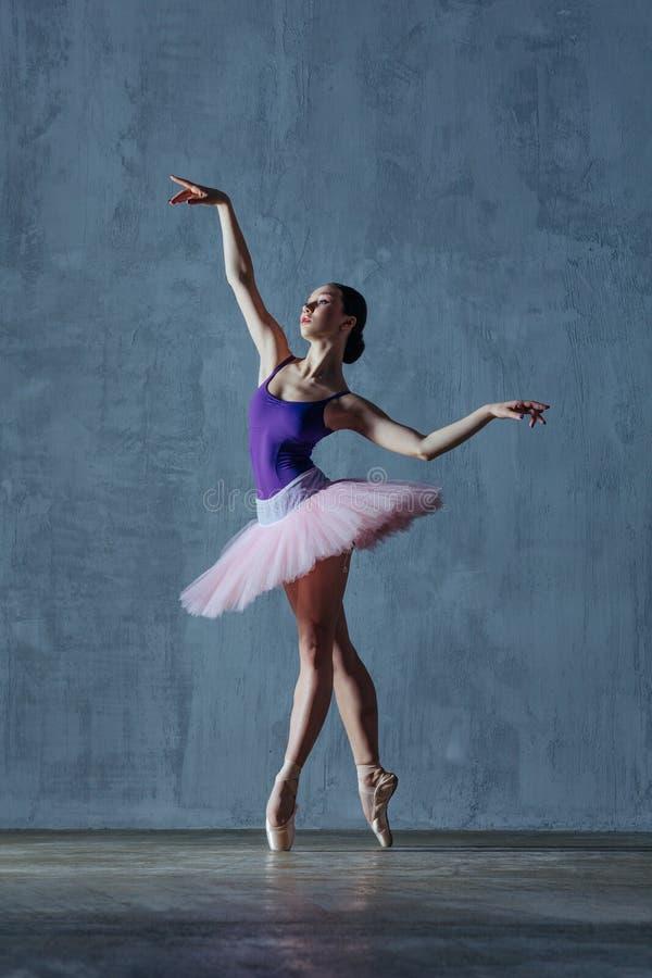Молодая красивая балерина представляет в студии стоковое изображение