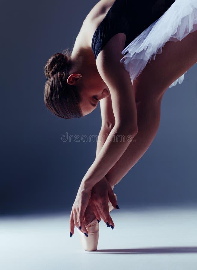 Молодая красивая балерина представляет в студии стоковое изображение rf