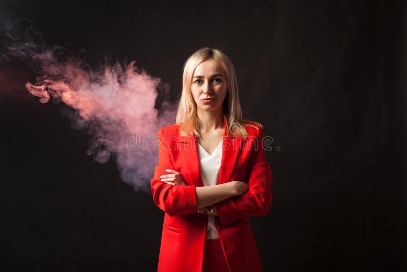 Молодая красивая белая белокурая девушка стоковая фотография